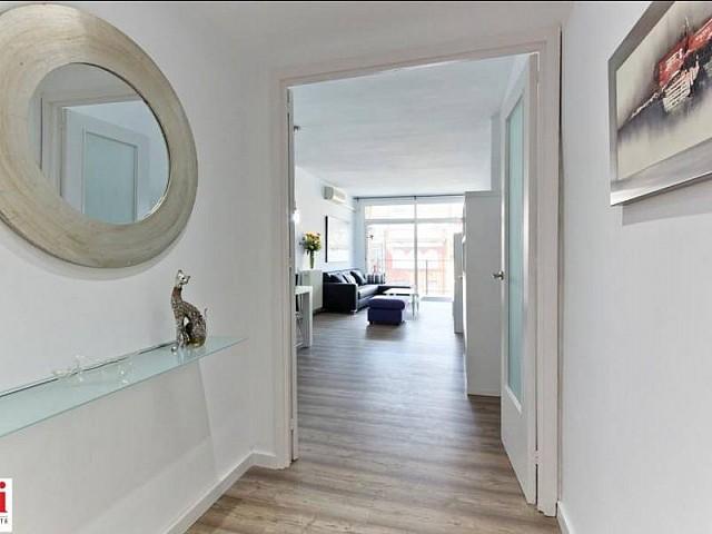 Entrée accueillante dans appartement luxueux en location à Barcelone