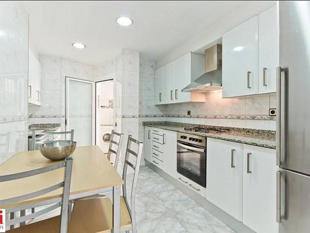 Cuisine équipée et moderne dans appartement luxueux en location à Barcelone