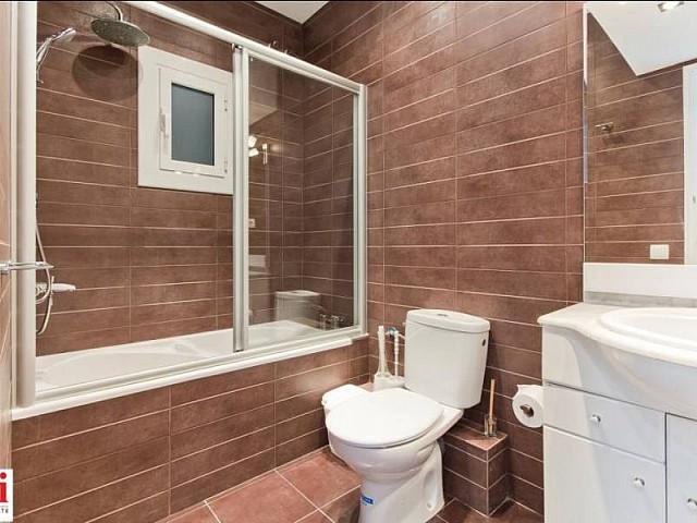 Belle salle de bain complète dans appartement luxueux en location à Barcelone