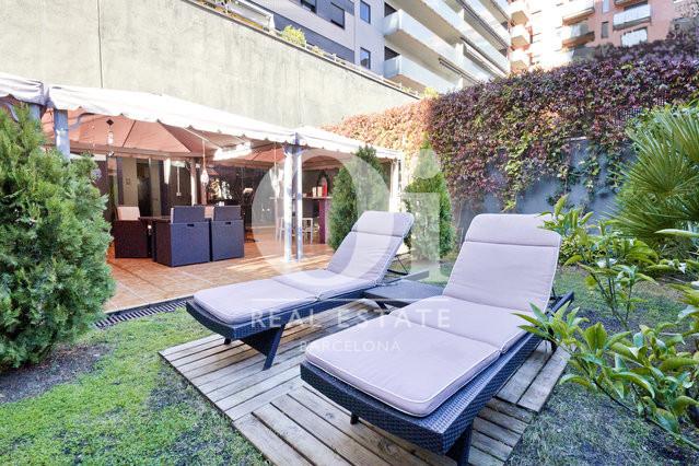 Jardín con hamacas de piso en venta en barrio de Poblenou, Barcelona
