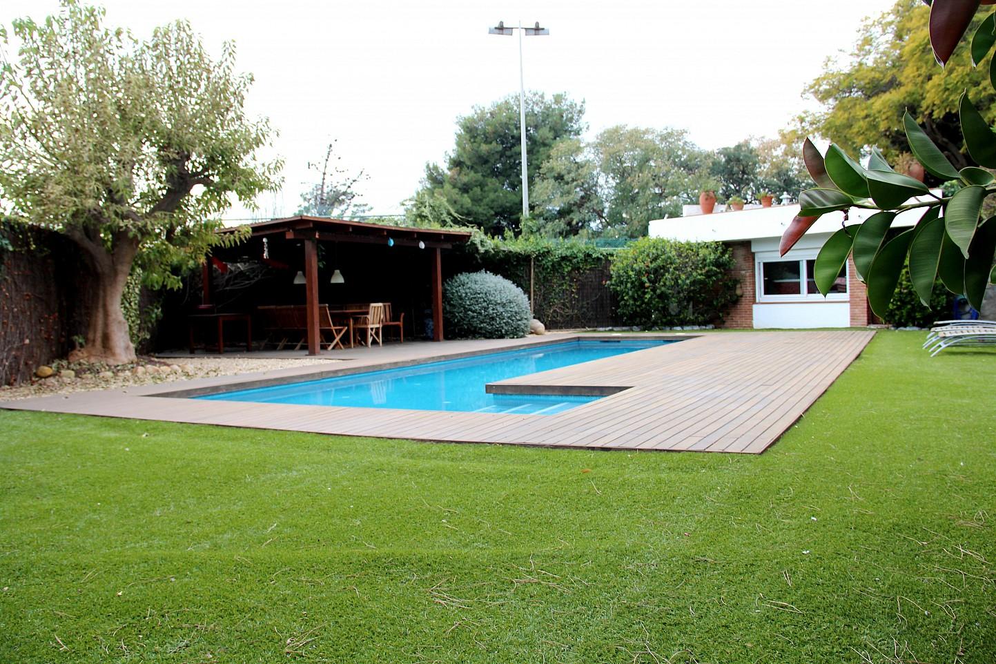 Magn fica casa con jard n y piscina en venta en el masnou for Piscina masnou