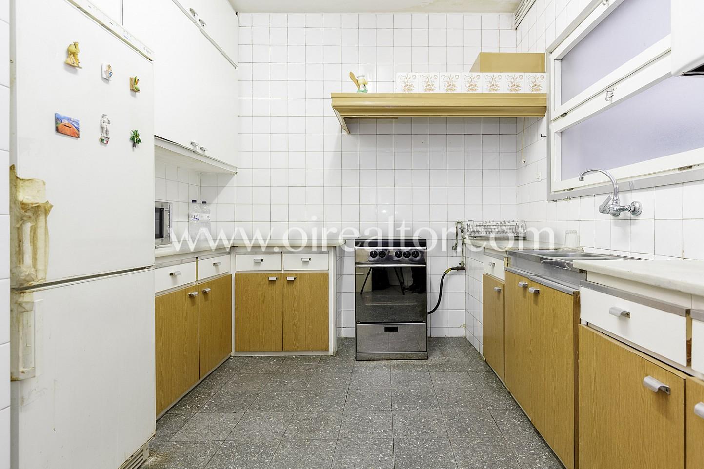 Piso amplio en venta para reformar en sant antoni - Reformar cocina barcelona ...