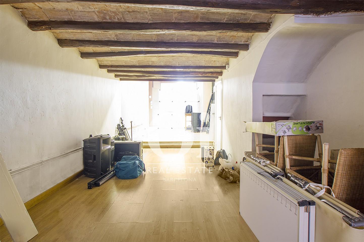 Estancia con techo de viga vista de dúplex en venta en Poblenou, Barcelona