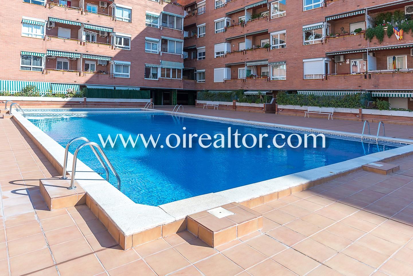 Acogedor tico en venta con terraza y piscina muy cerca de plaza espa a barcelona oi realtor - Piscina terraza atico ...