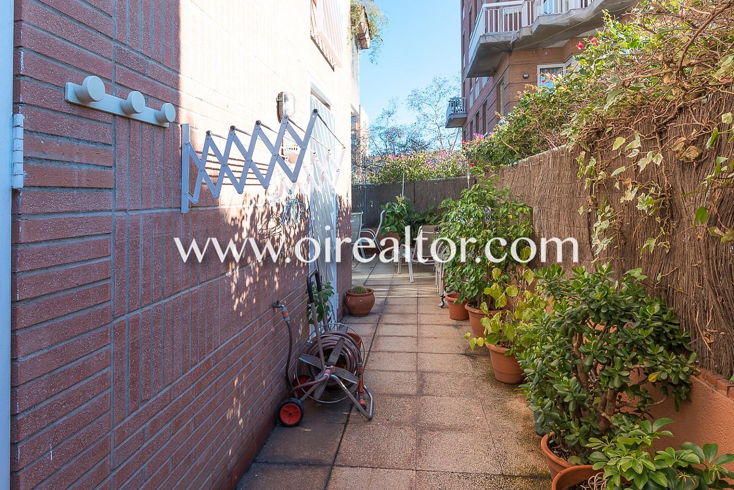Soleada planta baja en venta con una terraza que rodea el - Plantas bajas en barcelona ...