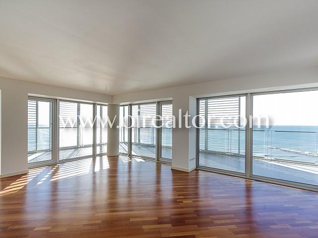 Espectacular piso en venta con impresionantes vistas al mar y la ciudad de Barcelona