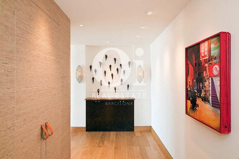 Вид коридора с уникальными элементами декора в эксклюзивном пентхаусе на продажу в Правом Эйшампле