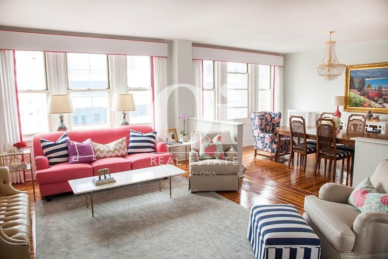 вид очень светлой гостиной с большими окнами и прекрасными видами пентхауса на продажу в Правом