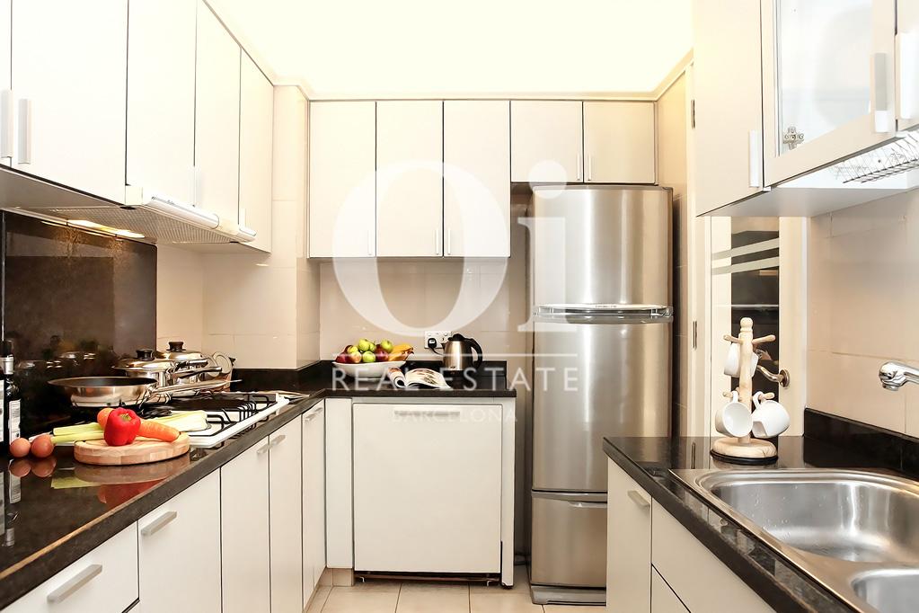 Cocina equipada y decorada con bonitos detalles en ático en venta en el Eixample de Barcelona