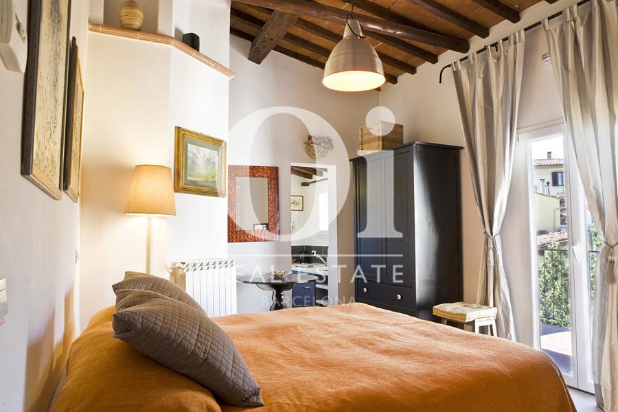 Blick in ein Schlafzimmer der Dachwohnung zum Verkauf