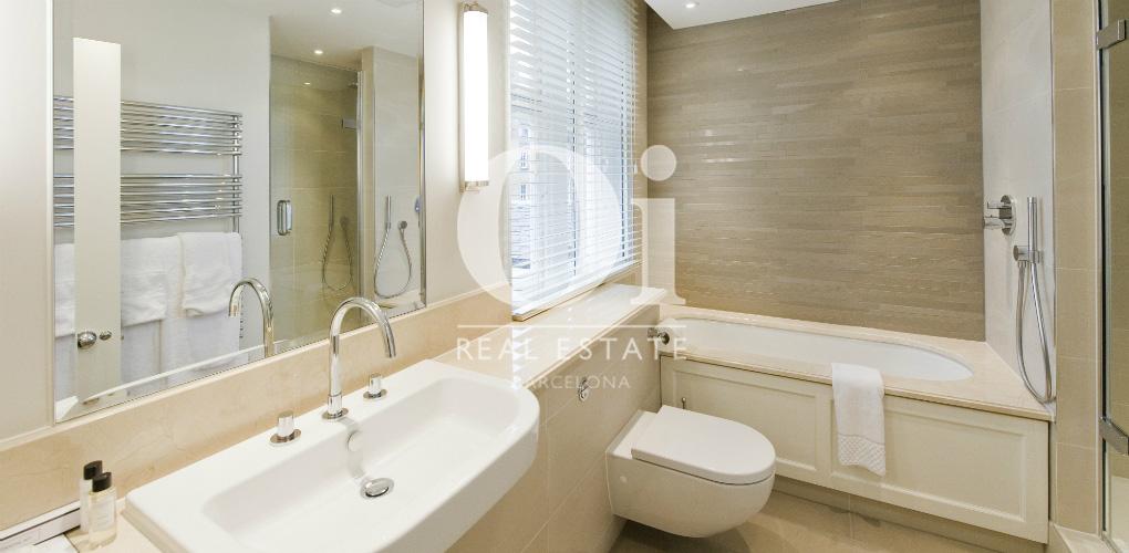одна из полностью оборудованных ванных комнат пентхауса на продажу в Правом Эйшампле