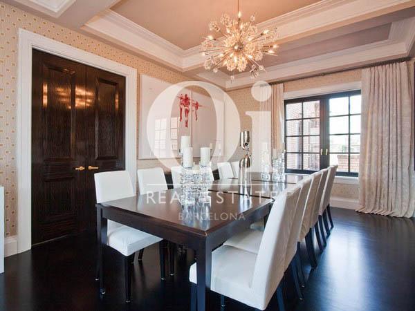 гостиная со столовой, оформленная дизайнерскими элементами, в пентхаусе на продажу в Правом Эйшампле