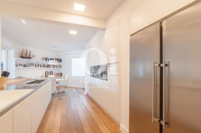 кухня, обставленная дизайнерской мебелью и самой современной бытовой техникой эксклюзивного пентхауса на продажу в Эйшампле