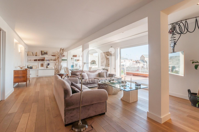 Blick in den Wohnraum vom Penthouse zum Verkauf im Eixample.
