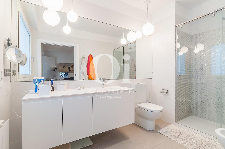 ванная комната с душевой кабиной эксклюзивного пентхауса на продажу в Эйшампле