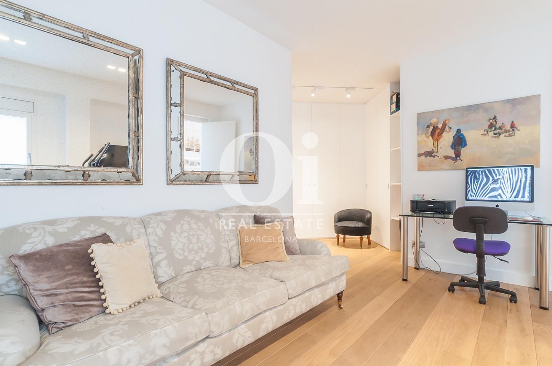 Blick in den Wohnbereich vom Penthouse zum Verkauf im Eixample.