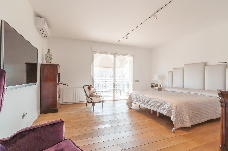 Blick in ein Schlafzimmer vom Penthouse zum Verkauf im Eixample.
