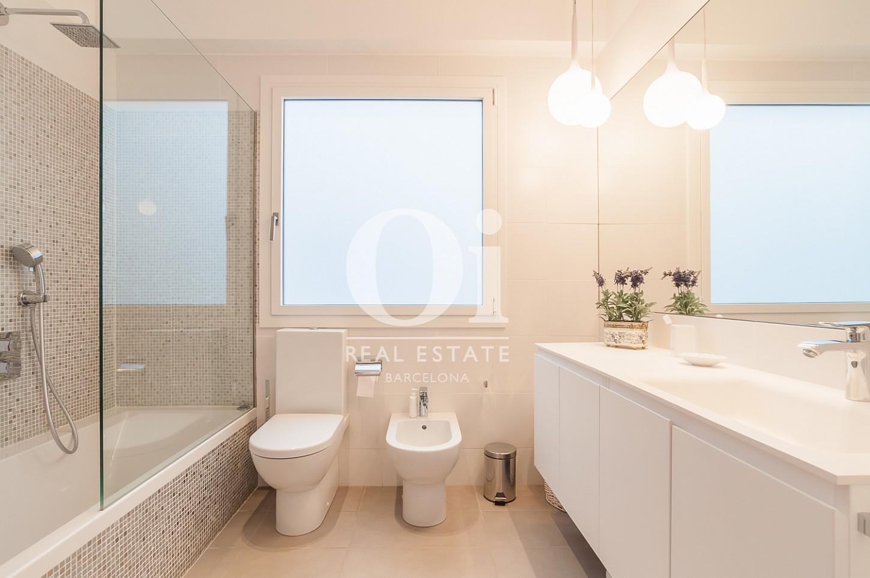 одна из ванных комнат с ванной эксклюзивного пентхауса на продажу в Эйшампле