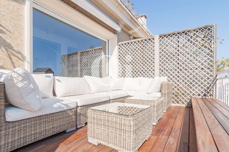 просторная терраса с уютными диванами эксклюзивного пентхауса на продажу в Эйшампле