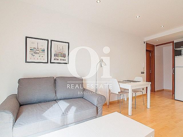 luminoso salon comedor con vistas exteriores en sensacional piso en alquiler ubicado en el raval barcelona (1)