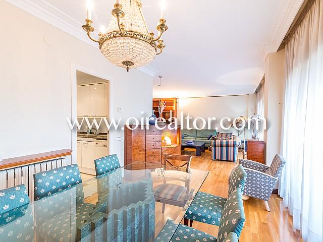 出租公寓非常宽敞,位于巴塞罗那玛丽亚克里斯蒂娜地区的中心地带