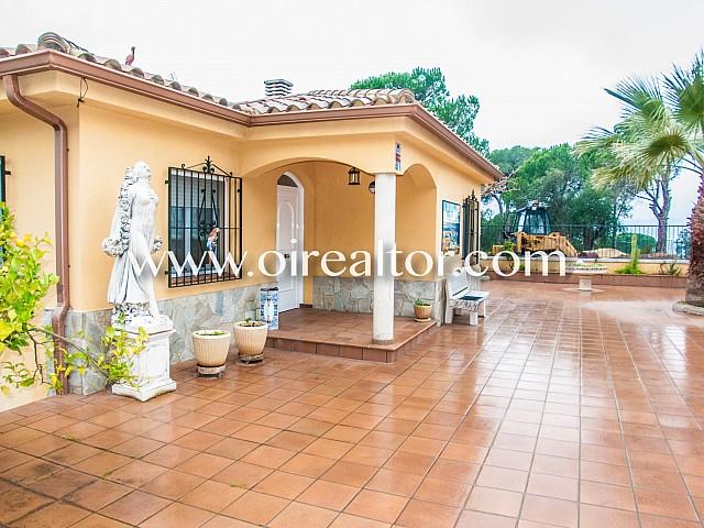 位于布拉瓦海岸罗列特海岸的城市化Los Pinares的宏伟房屋待售
