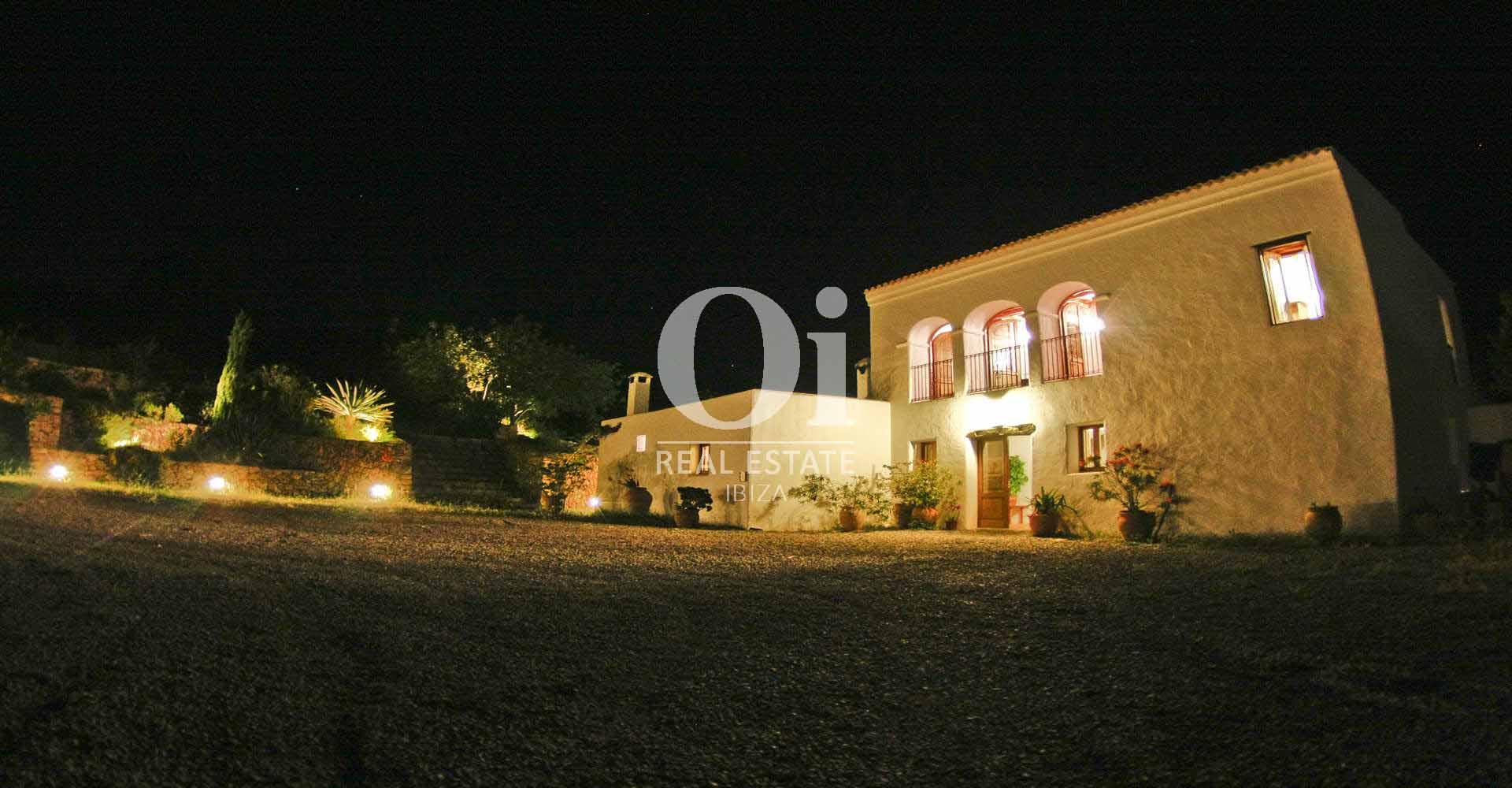 вид дома и освещенной прилегающей территории дома в краткосрочную аренду на Ибице