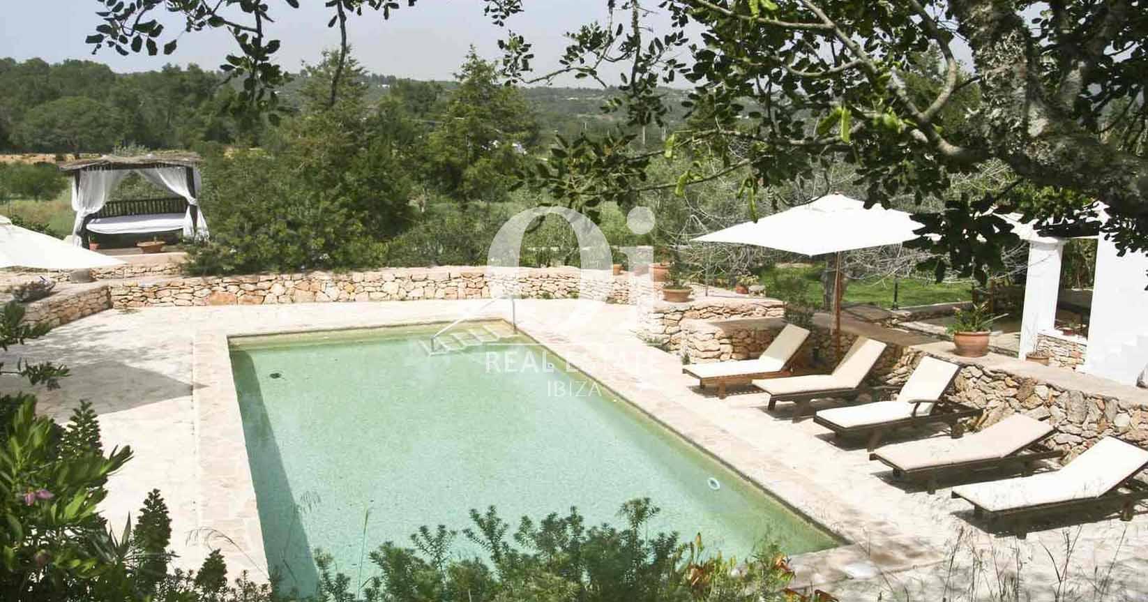 Blick auf den Pool vom Bauernhaus zur Miete auf Ibiza