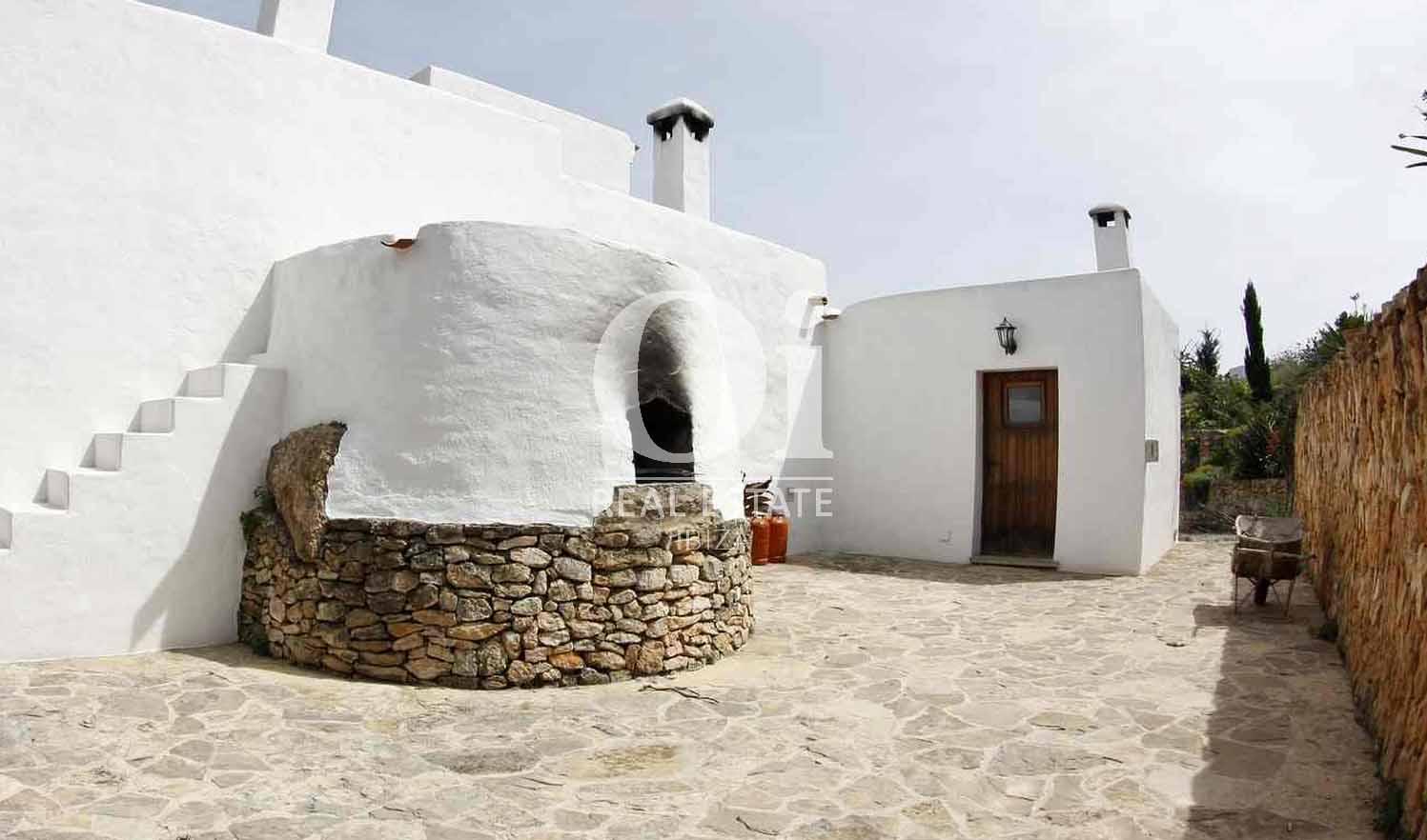 Blick auf den Außenbereich vom Bauernhaus zur Miete auf Ibiza