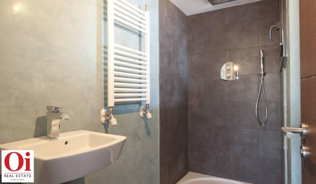 Belle salle de bain moderne dans appartement luxueux en vente à Barcelone