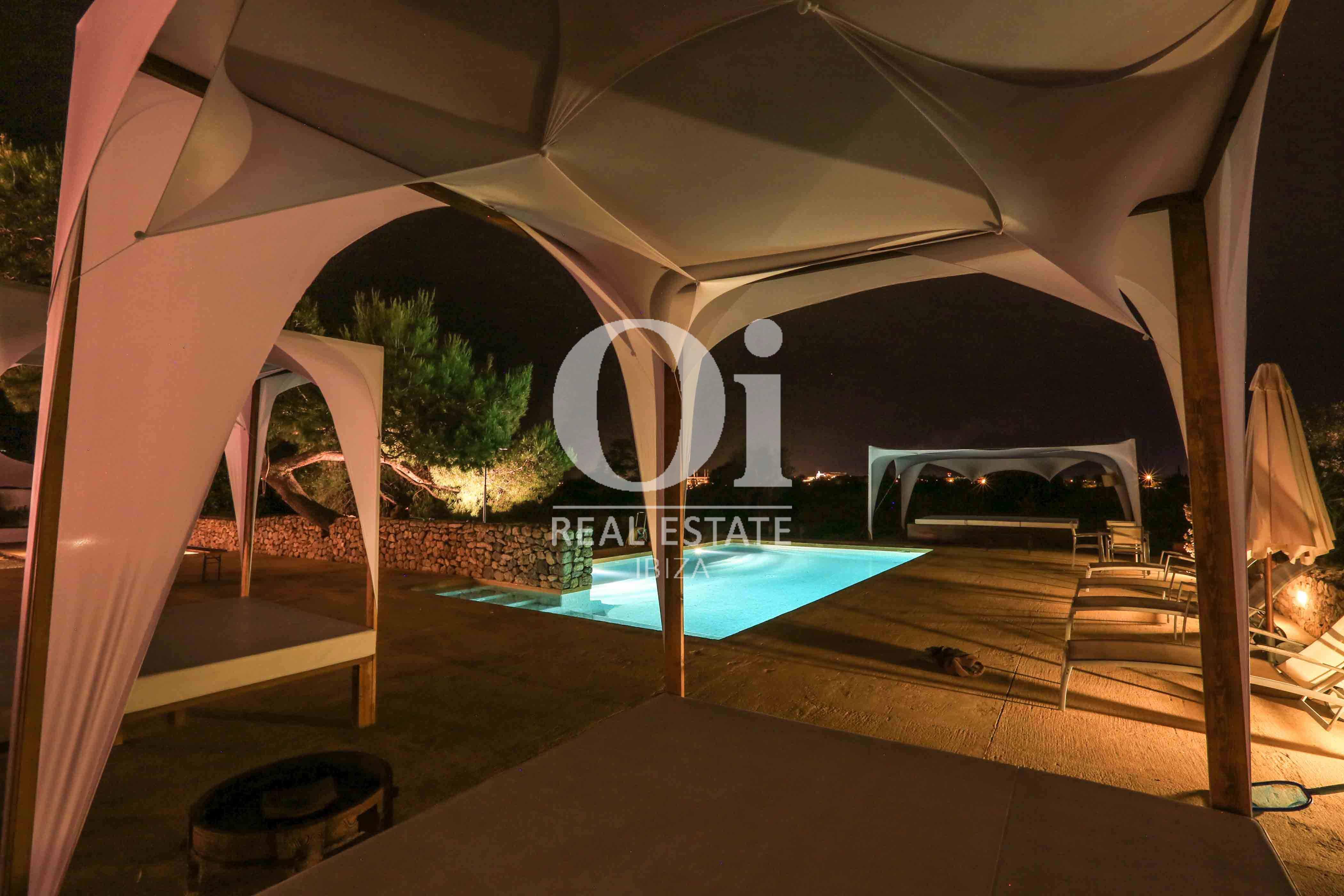 Zona chillout y piscina de casa de alquiler de estancia en Puig d'en Valls, Ibiza