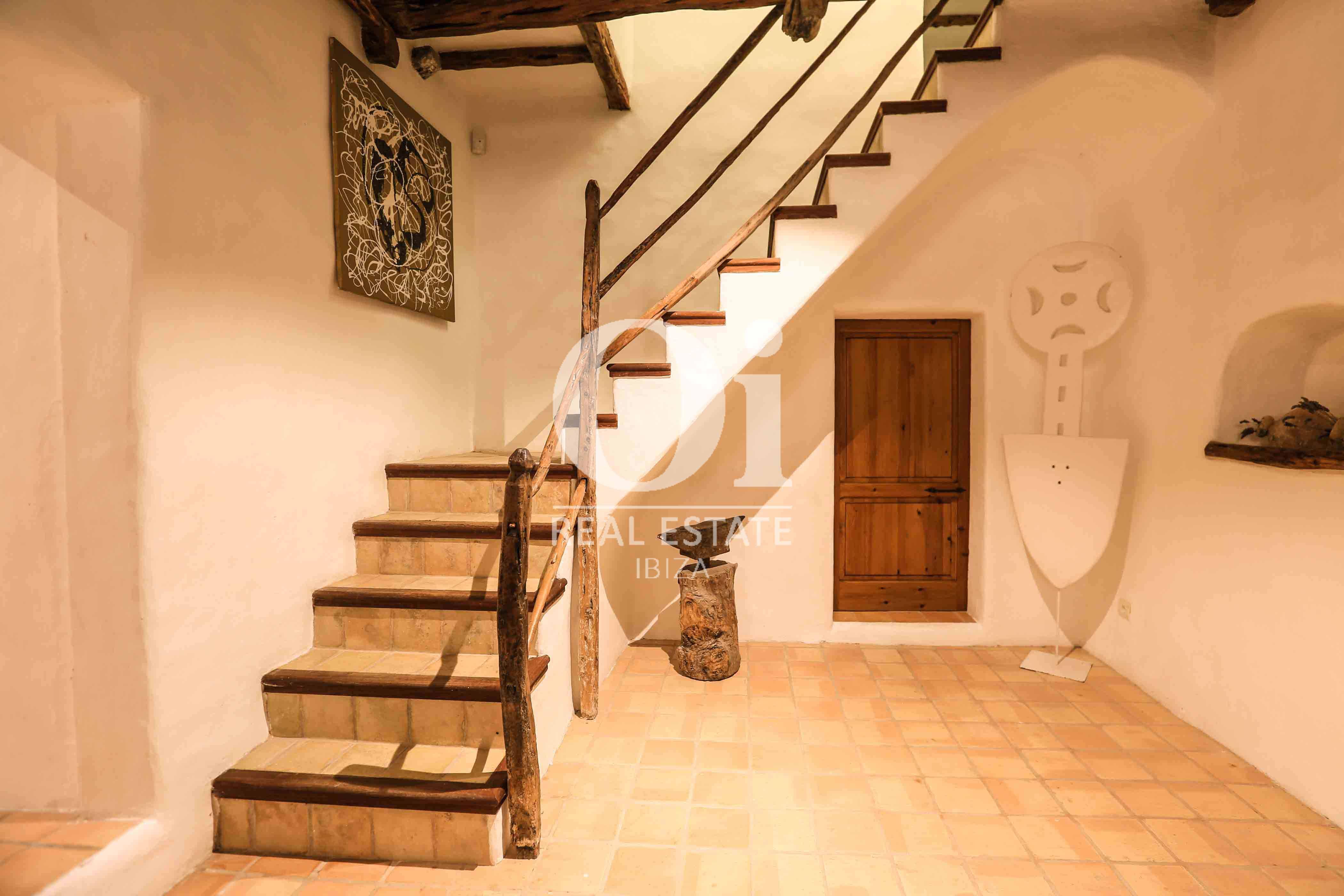 Escaleras de casa en alquiler de estancia en zona Puig d'en Valls, Ibiza