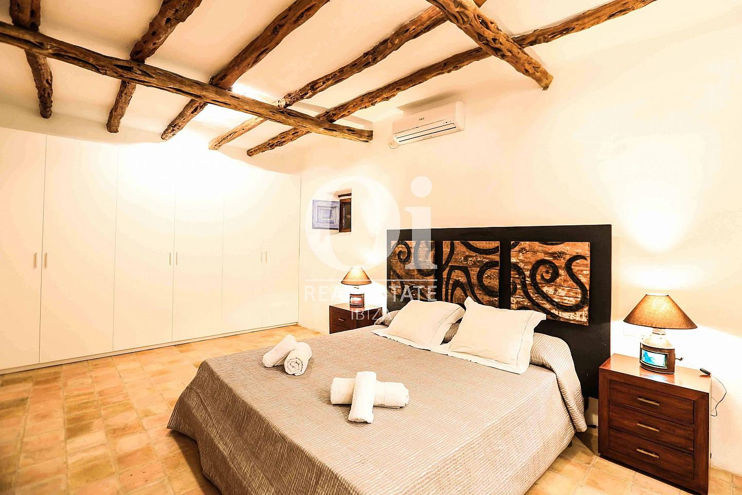 Dormitorio de matrimonio de casa en alquiler vacacional en zona Puig d'en Valls, Ibiza