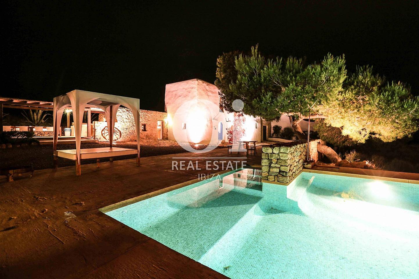 Vistas nocturnas de exteriores de casa de alquiler de estancia en Ibiza