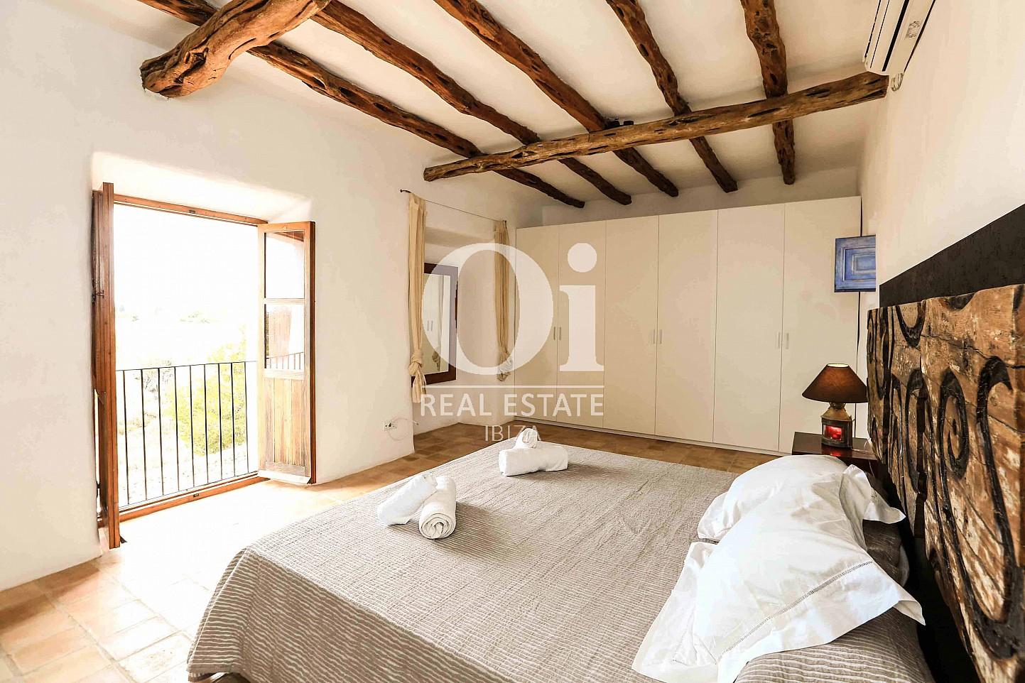 Cuarto con acceso a balcón de casa de alquiler de estancia en Puig d'en Valls, Ibiza