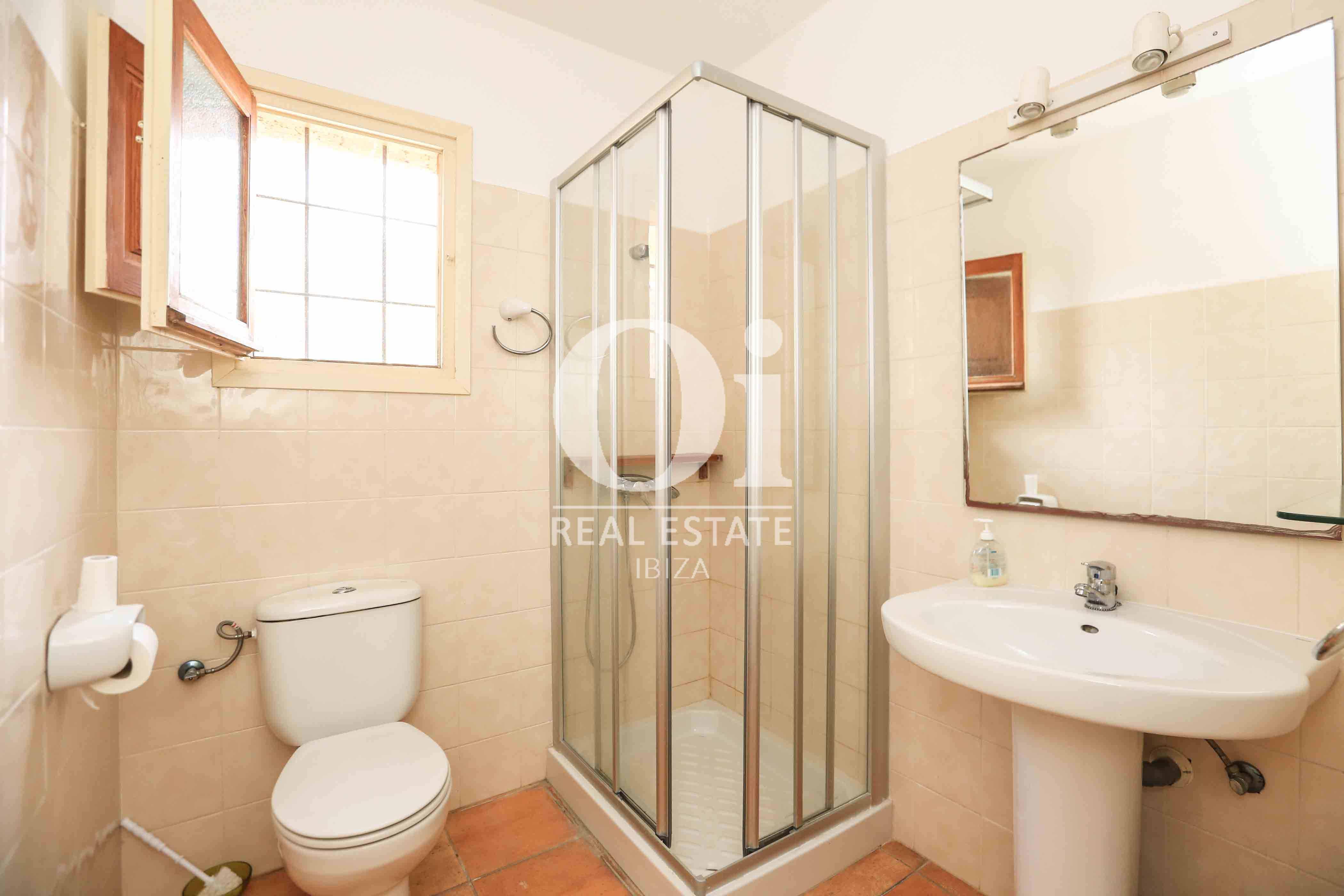 Baño con ducha de casa en alquiler vacacional en zona Puig d'en Valls, Ibiza