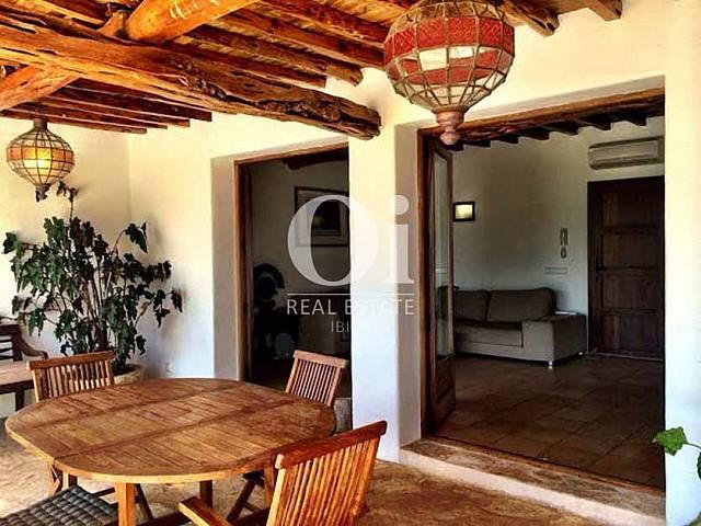Sala de estar con acceso a galería de casa de alquiler de estancia en zona de Sant Rafael, Ibiza