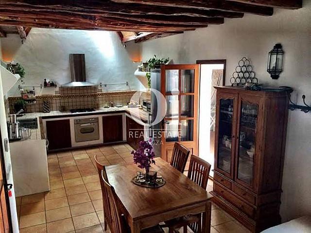 Blick in die Küche vom Ferienhaus bei Sant Rafael, Ibiza