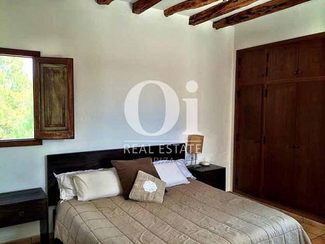 Blick in ein Schlafzimmer vom Ferienhaus bei Sant Rafael, Ibiza