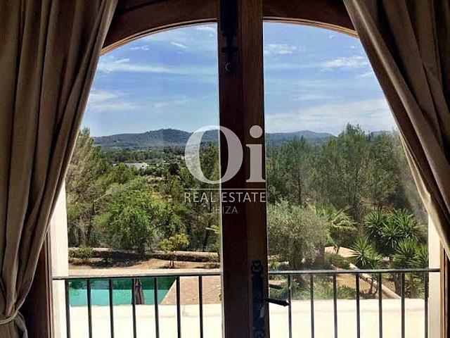 Vistas a la montaña desde casa de alquiler vacacional en Sant Rafael, Ibiza