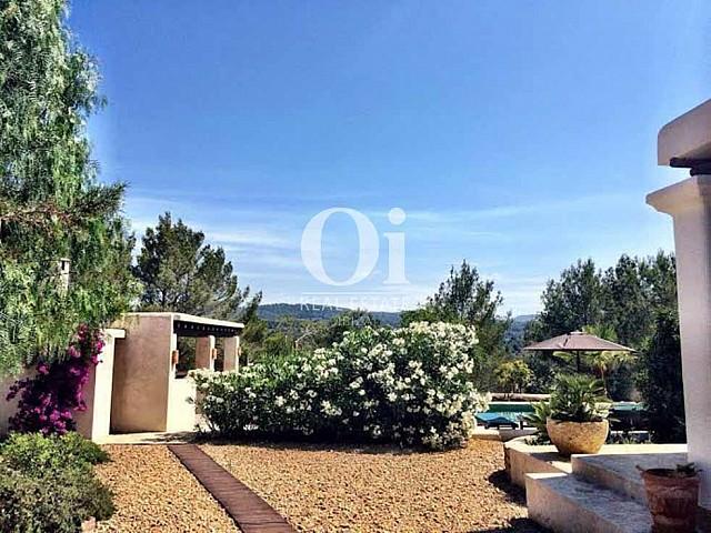 Jardín de casa de alquiler de estancia en Sant Rafael, Ibiza