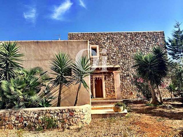 Fachada de piedra de casa de alquiler vacacional en Sant Rafael, Ibiza