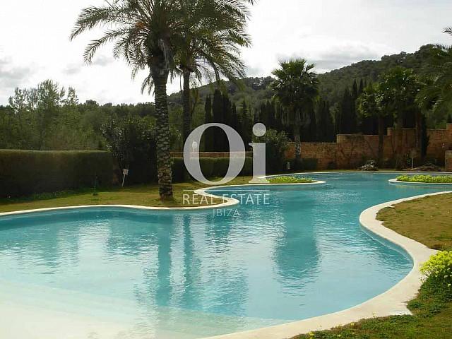 Blick auf den Pool vom Apartment zum Verkauf in Roca Llisa, Ibiza