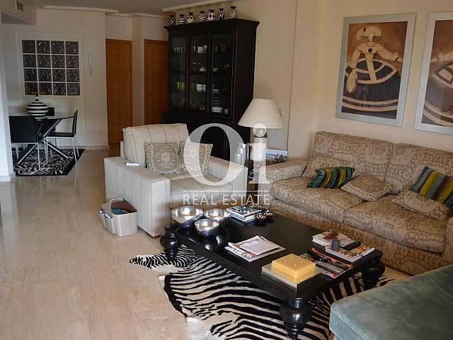 Blick in den Wohnbereich vom Apartment zum Verkauf in Roca Llisa, Ibiza