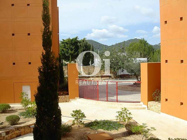 Blick auf den Außenbereich vom Apartment zum Verkauf in Roca Llisa, Ibiza