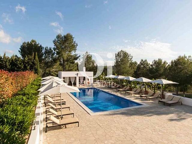 Blick auf den Pool der Luxus-Ferien-Villa in Sant Rafael, Ibiza
