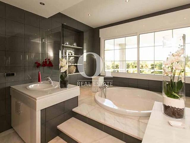 Blick in ein Badezimmer der Luxus-Ferien-Villa in Sant Rafael, Ibiza