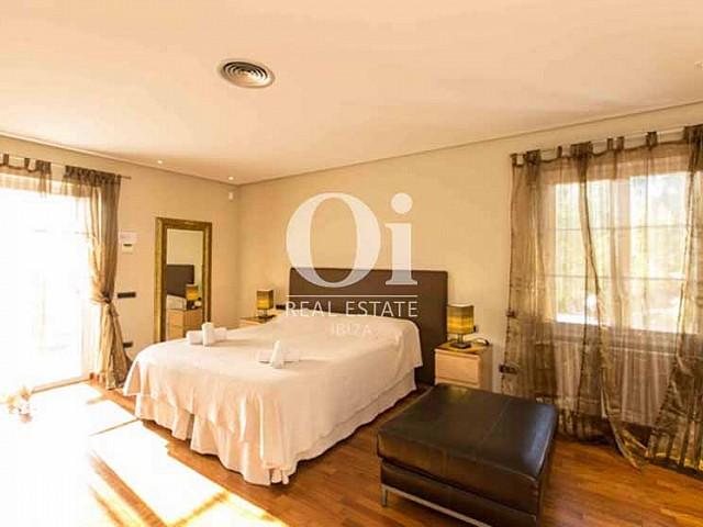 Blick in ein Schlafzimmer der Luxus-Ferien-Villa in Sant Rafael, Ibiza