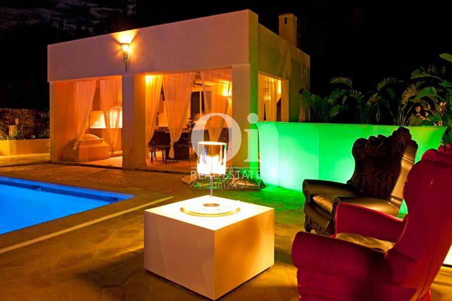 PIscine et véranda de maison de séjour à Sant Rafael, Ibiza