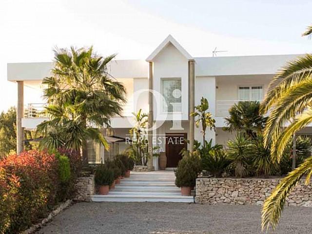 Blick auf den Außenbereich der Luxus-Ferien-Villa in Sant Rafael, Ibiza